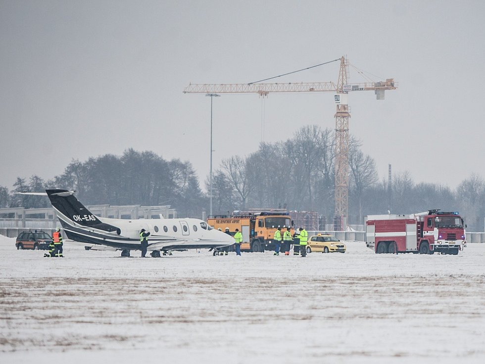 Letadlo po přistání v Pardubicích skončilo mimo dráhu. Drobný incident se naštěstí obešel bez zranění i hmotných škod.
