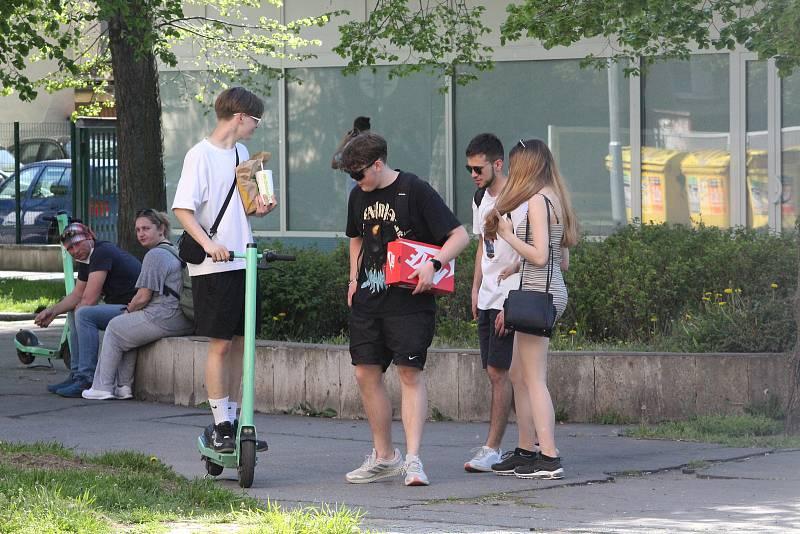 Stovky lidí vyrazily na procházku bez respirátoru, na výlet na kolech nebo jen tak posedět po nákupech do parku. Tyršovy sady i park Na Špici v Pardubicích byly doslova v obležení.