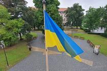 Nad budovou krajského úřadu vlaje vlajka Ukrajiny.
