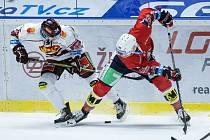 Hokejové utkání 43. kola Tipsport extraligy v ledním hokeji mezi HC Dynamo Pardubice (v červeném) a HC Sparta Praha (v bílém) v pardudubické ČSOB pojišťovna ARENĚ.