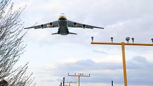 Na letišti v Pardubicích přistávají letadla se zdravotnickým materiálem