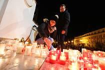 Lidé si připomněli na pardubickém náměstí repuliky před budovou Východočeského divadla 30 let od Sametové revoluce.
