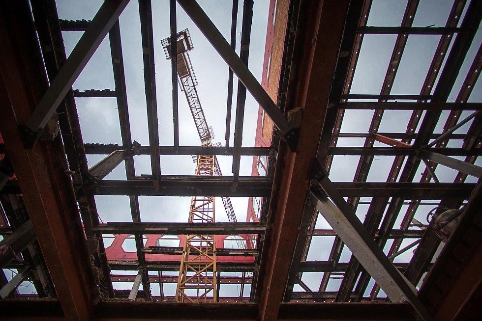V  prostoru bývalého obchodního domu Prior v Pardubicích byla po roce a půl ukončena demolice. Může se tak začít s výstavbou.
