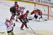 Utkání 18. kola hokejové extraligy: HC Sparta Praha - HC Dynamo Pardubice. Juraj Mikuš z Pardubic (vlevo) vyrovnává na 1:1.