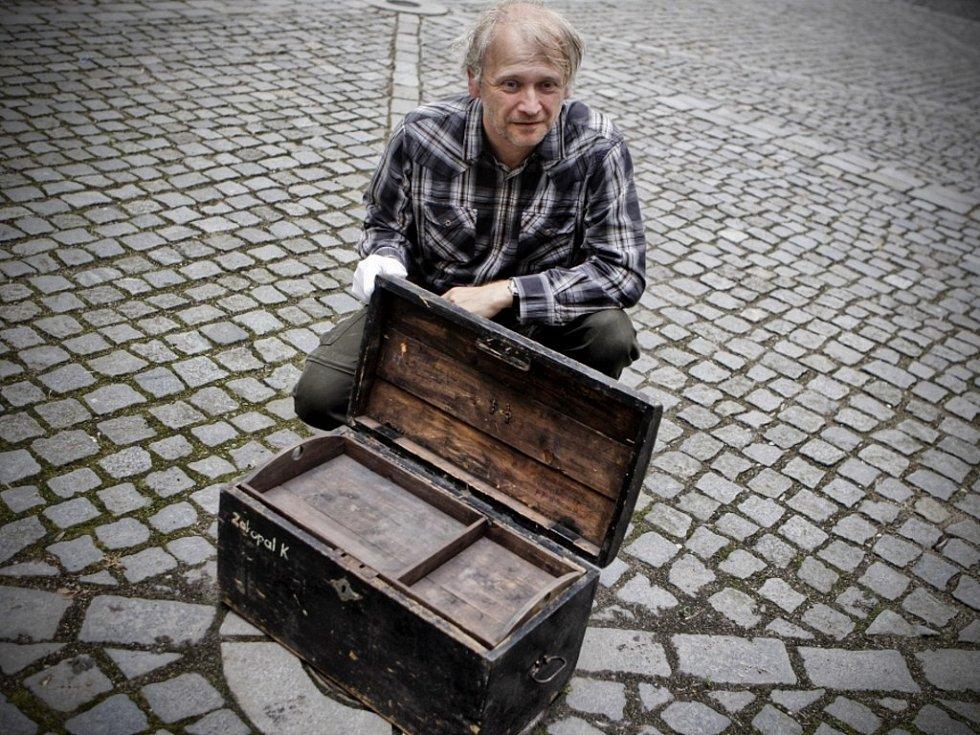 Vojenský kufr z majetku rodiny Zakopalových zažil vojnu čtyřikrát. Historik Jan Tetřev ukazuje pod víkem zápisy všech branců Zakopalových z let 1905, 1915, 1923 a 1953.