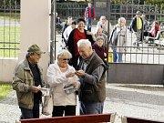 Volby do Evropského parlamentu jsou tu. Do volebních místností v Opavě přišli hned s jejich otevřením první voliči.