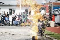 Jak bouřlivě vypadá reakce hořícího oleje s vodou ukázala i demonstrace, kterou hasiči ukazují jako odstrašující příklad.