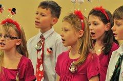 Dětský pěvecký sbor Carmina při ZŠ Prodloužená v Pardubicích nastudoval nový program s vánoční tematikou.