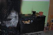 """Takto se požár dokáže snadno rozšířit z bytu do bytu. Botníky, skříňky a další nábytek na chodbě, který tam nemá být pomáhá plamenům přeskočit """"o dům dál""""."""