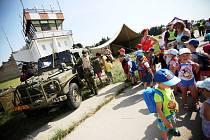 Den dětí v Pardubicích na letišti. Školáci si mohli vyzkoušet auta i zbraně.