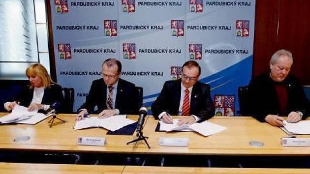 Podpis koaliční smlouvy v Pardubickém kraji.