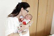 JULIE MOLKOVÁ se narodila 18. července v 2 hodiny a 13 minut. Měřila 50 centimetrů a vážila 3590 gramů. Maminku Kateřinu podpořil u porodu tatínek Lukáš. Bydlí v Pardubicích a doma na ně čeká pětiletá Natálie a tříletá Sofie.