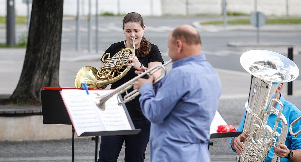 Filharmonie Pardubice zahrála v ulicích, aby způsobila pozdvižení ve městě hudbou.