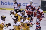 Hokejové utkání Tipsport extraligy mezi HC Dynamo Pardubice (červenobílém) a HC Dukla Jihlava (ve žlutém).