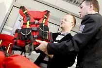 Policejní pořádkové jednotce hejtman Pardubického kraje Martin Netolický (na snímku s ředitelem krajské policie Radkem Malířem), předal záchranářské vybavení pro pořádkovou jednotku.