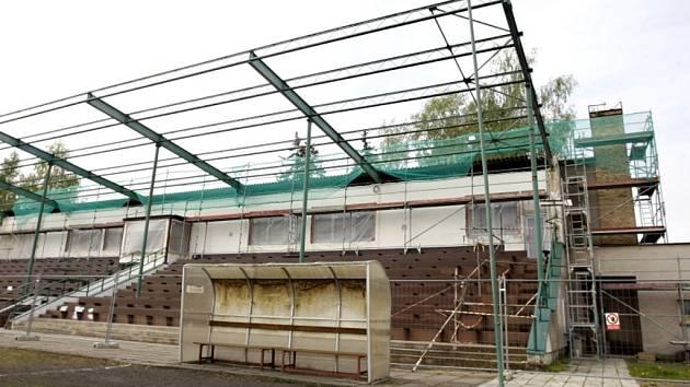 Přelouč musí do června dokončit  rekonstrukci tribuny a plochy fotbalového stadionu, která začala již vloni (na snímku), aby se zde mohl konat vyhlášený žákovský turnaj v kopané.