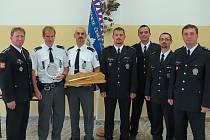 Dopravní policista Pavel Martinek s cenou (třetí zleva) a Martin Písař (druhý zleva) jsou velmi úspěšnými reprezentanty dopravní policie v Pardubickém kraji.