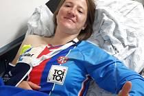 Aneta Hladíková se po pádu v Kolumbii usmívá, ale vykloubené rameno znamená konec olympijských nadějí.