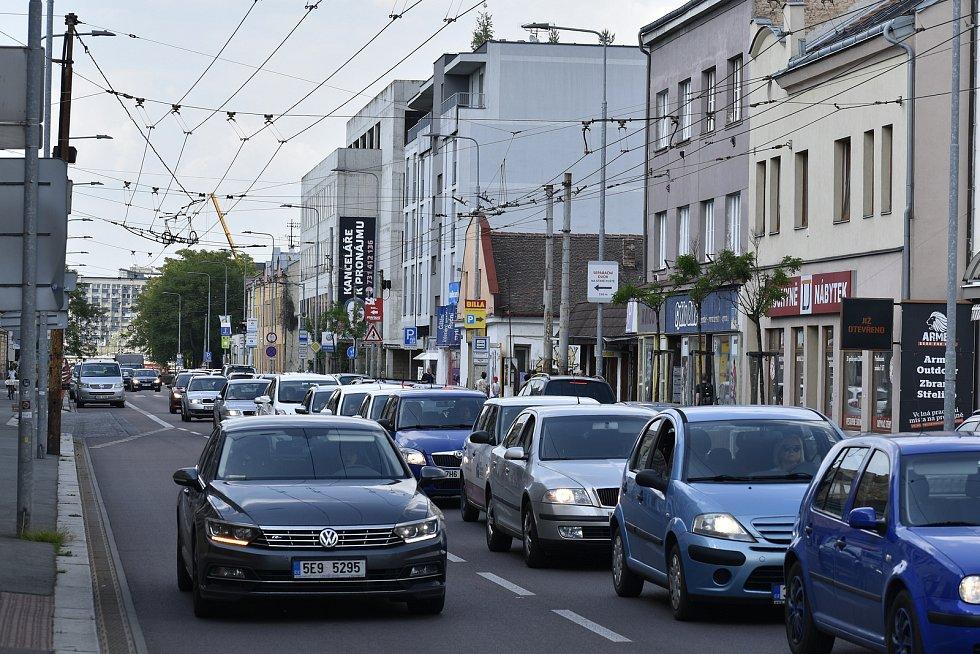 Dlouhé kolony se tvoří nejen v centru města, ale také už při příjezdu do Pardubic, a to třeba od Chrudimi nebo od Přelouče.
