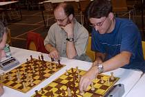Co jim provedeme? Dušan Škaloud (vlevo) a Martin Tajovský se nadechují k závěrečnému náporu v holanďanech.