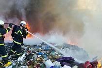 Požár skládky komunálního odpadu u Zdechovic na Přeloučsku.