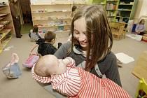 Děti si vyzkoušely jak se postarat o kojence