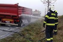 Řidiči praskla pneumatika a následně začal hořet návěs