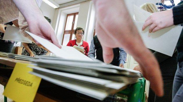 Volby skončily, začíná sčítání hlasů. Snímky jsou z volební místnosti v Základní škole Bratranců Veverkových v Pardubicích.