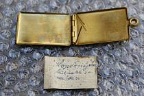 Svépomocí vyrobená identifikační známka, kterou si mlynář Jaroslav Kopečný pořídil. Císařská armáda nebyla na děsivé ztráty na frontě připravena. Známky si vojáci vymýšleli a vyráběli svépomocí.