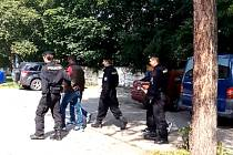 Policisté v Pardubicích předvádějí zadržené migranty k výslechu
