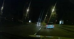 Dvojice cizinců se nejprve pokoušela ukrást v Křični auto. Uspěli až poté, co poškodili 5 vozů. Pak se v Pardubicích pokusili utéct policistům. Jednoho přitom zranili.