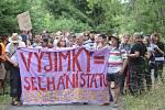 Aktivisté bojující proti chvaletické elektrárně se sešli na nádraží v Řečanech nad Labem na akci Zachraňme klima, zastavme Chvaletice, poté pokračovali pochodem k zadní bráně elektrárny.