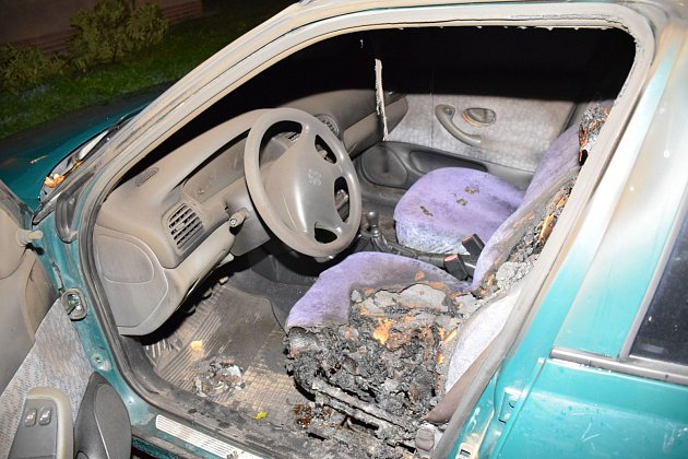 Další žhářský útok ve Valčíkově ulici. Zapáleno bylo tentokrát osobní auto.