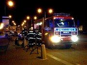 Při požáru v mototechně čekali námi vyprostěné osoby na příjezd sanitky u nas v manu