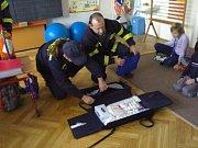Ukázka lékařské tašky dětem ZŠ Ostřetín
