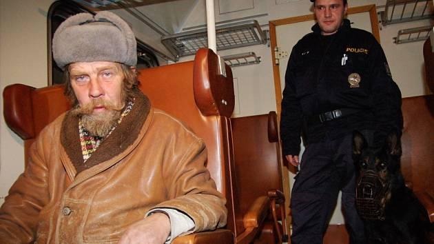 Pardubice - hned na začátku noční služby policisté při kontrole odstavených vagónů najdou vykazují jednoho bezdomovce