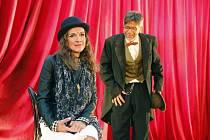 Martina Sikorová a Martin Mejzlík v inscenaci Král jelenem.