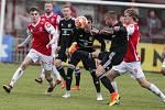 Utkání Fobalové národní ligy mezi FK Pardubice (ve červenobílém) a FK fotbal Třinec (v modrobílém) na hřišti pod Vinicí v Pardubicích.