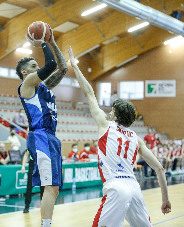 Basketbalové utkání Kooperativy NBL mezi BK JIP Pardubice (v bíločerném) a BC Geosan Kolín (v modrém) v pardubické hale na Dašické.