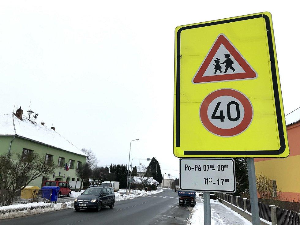 Maximální povolená rychlost je u školy v Dolních Ředicích snížená.