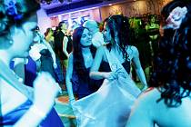 Maturitní ples Střední zdravotnické školy Pardubice. Takhle tančí budoucí sestřičky.