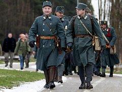 Rakouští vojáci z Klubu přátel vojenské historie Pardubicko si zimním pochodem připomněli padlé
