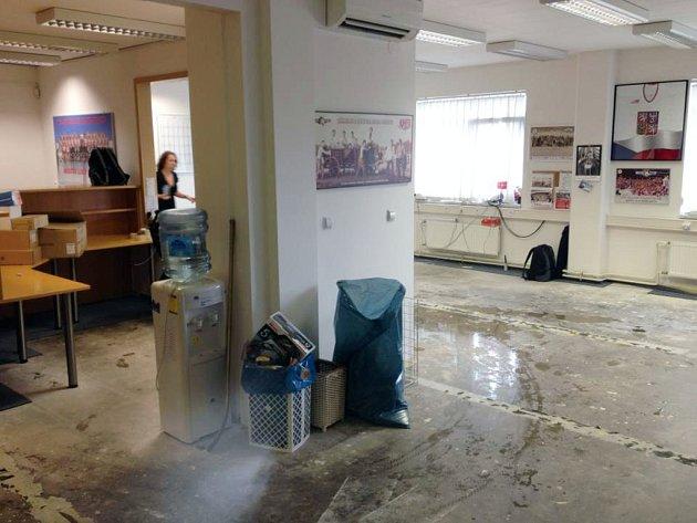 Voda vyplavila vyplavena kancelář a posilovnu vČEZ Areně vPardubicích.