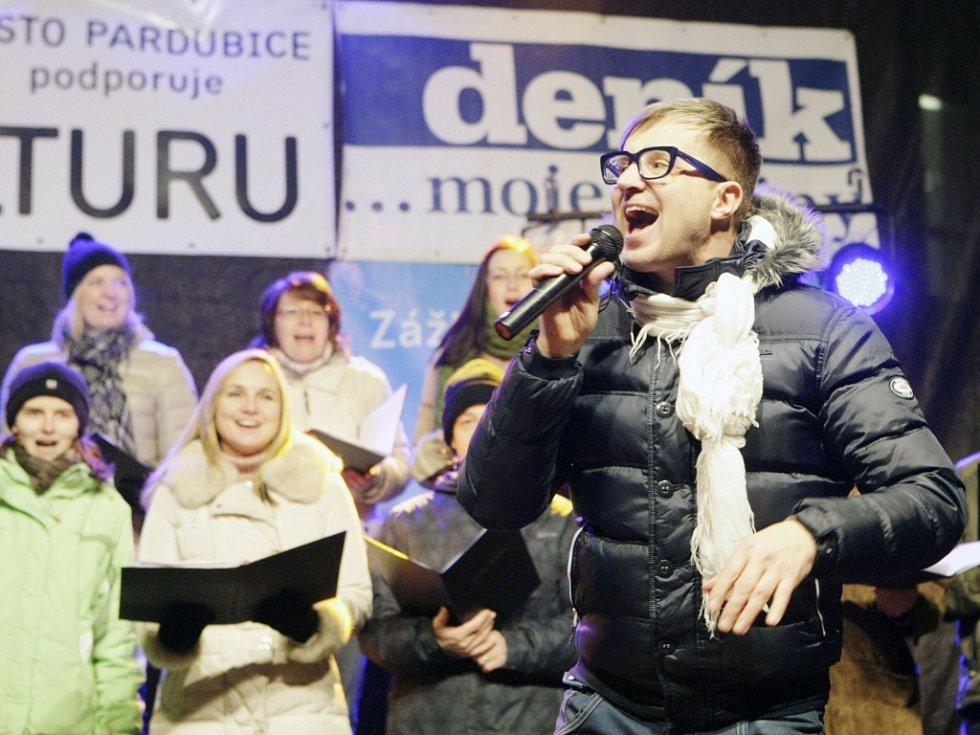 Česko zpívá koledy 2013 v Pardubicích s Petrem Kotvaldem.