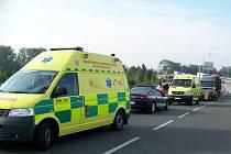 """Náklaďák před křižovatkou nedobrzdil a """"nahrnul"""" před sebou tři osobní vozidla. Lehká zranění utrpěli dva lidé."""