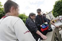 Jaroslava Drtinu, předsedu krajské rady Dělnické strany sociální spravedlnosti Královéhradeckého kraje, policisté na náměstí zadrželi za prodej předmětů se zakázanou symbolikou.