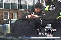 Na strážníky mával, zatčení ale neunikl
