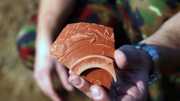 Masová výstavba rodinných domů v Mikulovicích zaměstnává i archeology.