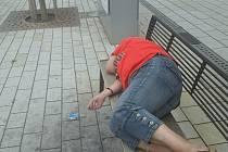 Opilá 60letá žena si ustlala na lavičce na třídě Míru.