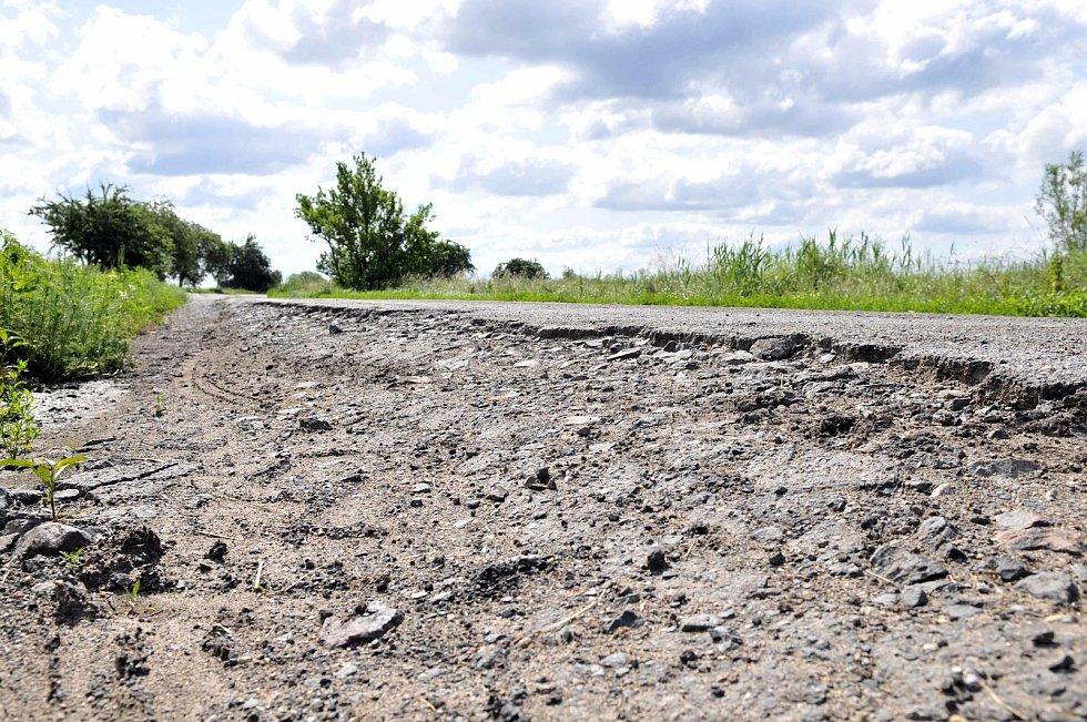 Krajské silnice II. a II. tříd, používané jako návozové trasy na stavbu D35, těžkými náklaďáky trpí.